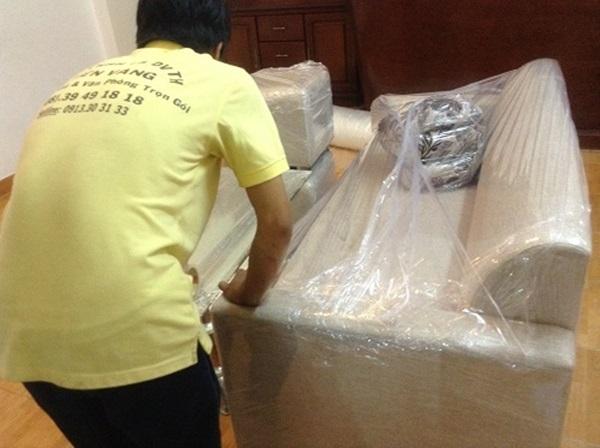 Nhân viên Kiến Vàng bọc đồ đạc của khách hàng cẩn thận trước khi vận chuyển sang nhà mới