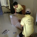 Nhân viên Kiến Vàng đang thực hiện chuyển nhà trọn gói