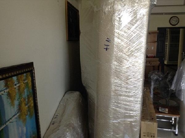 Các vật dụng được bao bọc kỹ lưỡng để tránh bị hỏng, trầy xước trong quá trình chuyển nhà