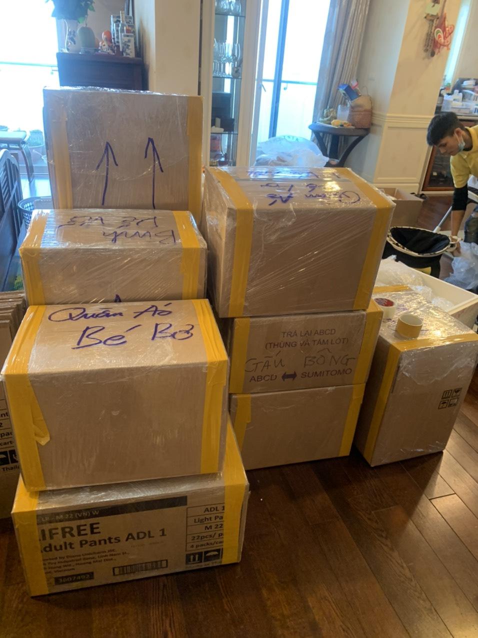 Phân loại và đóng gói đồ đạc là một trong những việc cần làm trước khi chuyển nhà