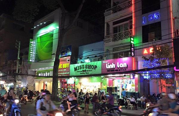 Nguyễn Trãi là một trong số những con đường tấp nập tại quận 5
