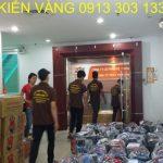 Đội ngũ nhân viên Kiến Vàng thực hiện dịch vụ bốc xếp hàng hóa cho công ty FPT