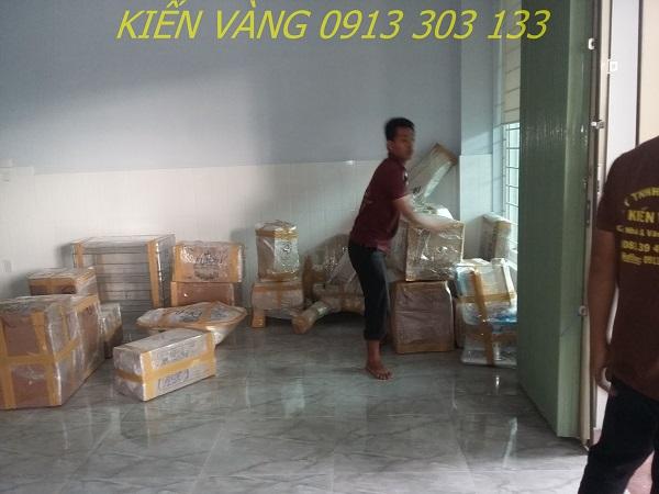 Nhân viên của Kiến Vàng giúp khách đóng gói và dọn dẹp nhà cửa trong quá trình chuyển nhà trọn gói