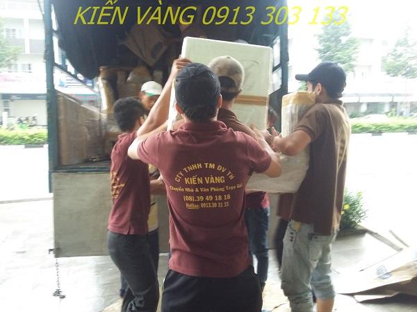 Khâu thuê xe tải phù hợp và khuân vác đồ đạc lên xe với đội ngũ nhân viên chuyên nghiệp, khỏe mạnh của Kiến Vàng