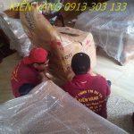 Nhân viên thực hiện dịch vụ chuyển nhà trong giai đoạn đóng gói đồ đạc