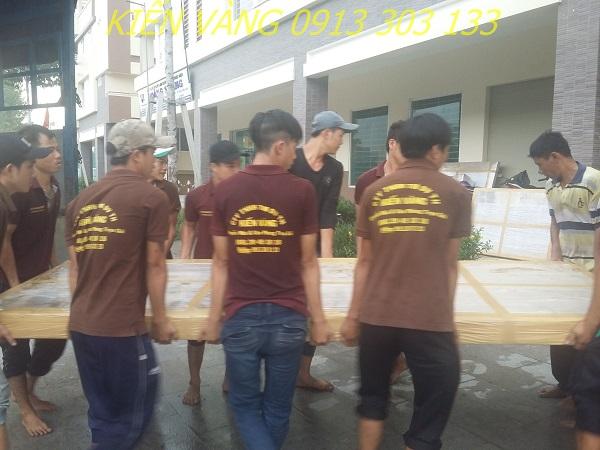 Nhân viên Kiến Vàng thực hiện dịch vụ chuyển nhà chuyên nghiệp