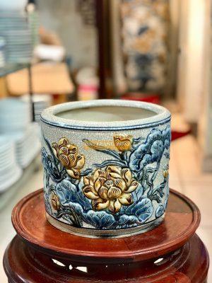 Bát hương thường được làm bằng gốm hoặc bằng sứ