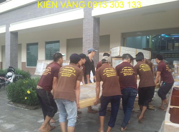 Dịch vụ chuyển nhà Kiến Vàng với đội ngũ nhân viên chuyên nghiệp có kinh nghiệm vận chuyển đồ nhiều năm