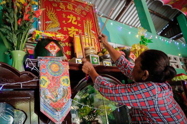 Thắp hương là biểu hiện cho tấm lòng thành kính của gia đình đến thần linh và gia tiên