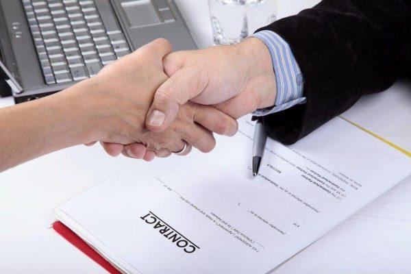 Tiến hành ký kết sau khi đã xác nhận các thông tin có trên mẫu hợp đồng thuê xe du lịch