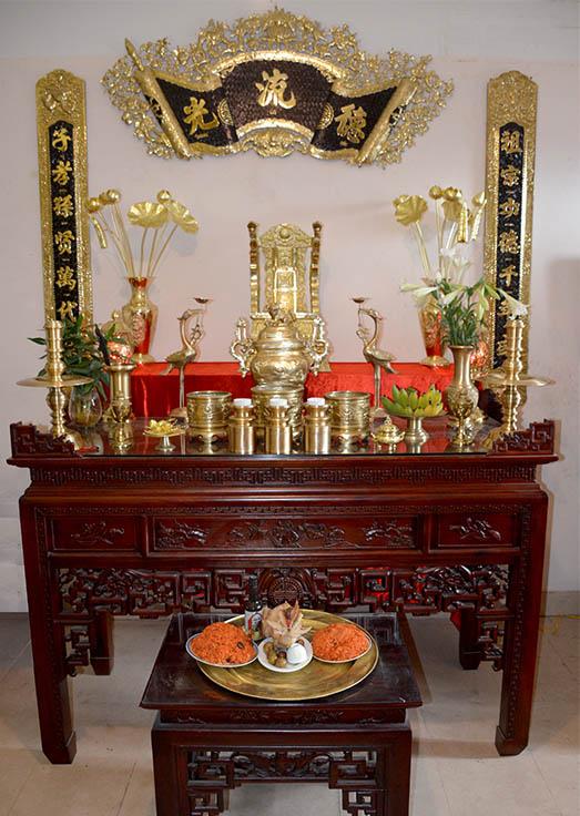 Nếu cúng thức ăn mặn thì nên để riêng trên bàn nhỏ thấp hơn bàn thờ