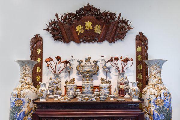 Cách bài trí bàn thờ hợp phong thủy thể hiện lòng thành kính của gia chủ với các vị thần linh và gia tiên